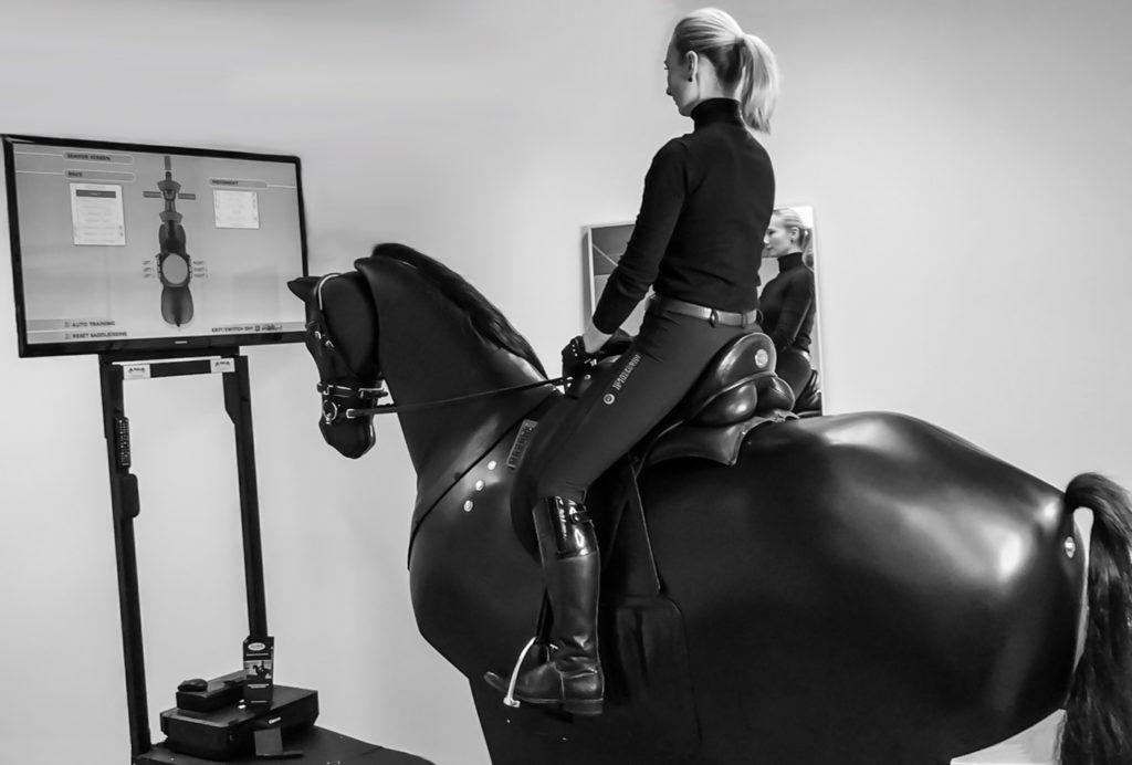 Reitsimulator München | Stressfrei & ohne Angst trainieren auf dem Pferdesimulator | by Sheron Adam